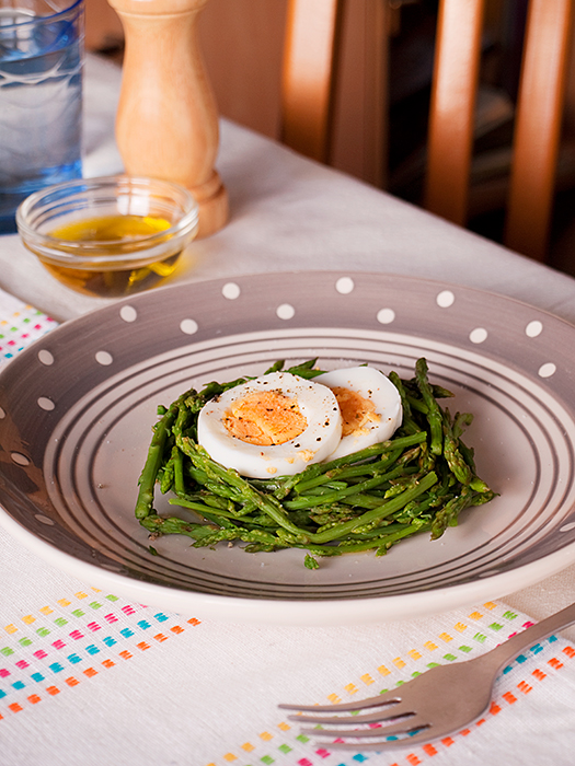 Šparoge s jajima i maslinovim uljem