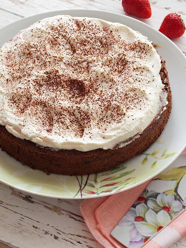 Torta s jagodama, čokoladom i šlagom